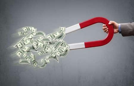 magnetismo: Uomo d'affari attirando denaro con un concetto del magnete a ferro di cavallo per il successo aziendale, strategia o avidità