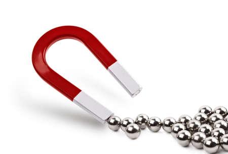 Imán atraer bola cromo teniendo concepto de marketing, liderazgo empresarial o clientes que atraen
