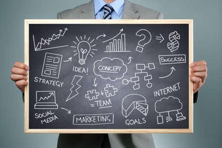planeaci�n: Estrategia empresarial concepto empresario sosteniendo una pizarra con una lluvia de ideas dibujo de tiza de la creatividad empresarial, la imaginaci�n y la inspiraci�n