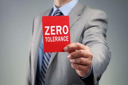 Zeige eine Null-Toleranz-rote Karte Konzept für schlechte Geschäftspraxis, Ausschluss oder kriminelle Aktivitäten Standard-Bild - 35905323