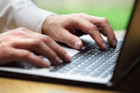 mecanografía: Manos escribiendo en la computadora portátil