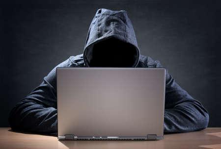 alerta: Pirata informático de ordenador que roba datos de una computadora portátil concepto de seguridad de red, robo de identidad y los delitos informáticos Foto de archivo