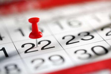 Reißzwecke in Kalenderkonzept für wichtiges Datum oder anstrengenden Tag