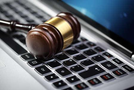 teclado de computadora: Mazo en el teclado de la computadora port�til concepto de subasta en l�nea de Internet o la asistencia jur�dica