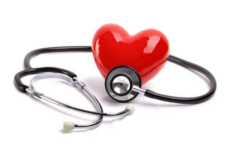 equipos medicos: Coraz�n y estetoscopio aislados sobre fondo blanco para la atenci�n m�dica y el diagn�stico examen m�dico pulso cardiaco Foto de archivo