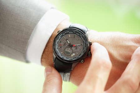 mans watch: Empresario comprobar la hora en su reloj de pulsera concepto de urgencia, el plazo o con retraso Foto de archivo