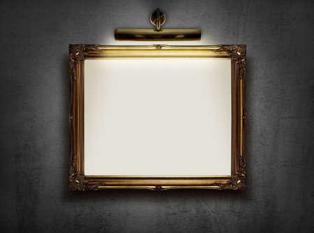 美術館の壁に掛かっている、空白のキャンバスの額縁