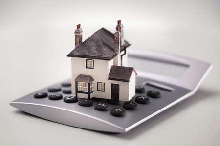 住宅ローンの計算機、家の財政家のための貯蓄を計算概念で休んで家 写真素材