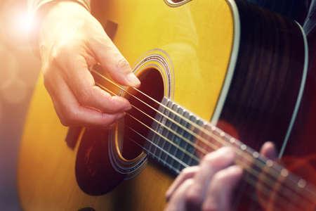 guitarra acustica: Hombre tocando una guitarra acústica Foto de archivo