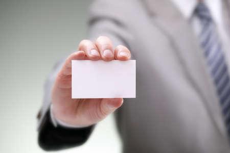 Geschäftsmann zeigt seine Visitenkarte
