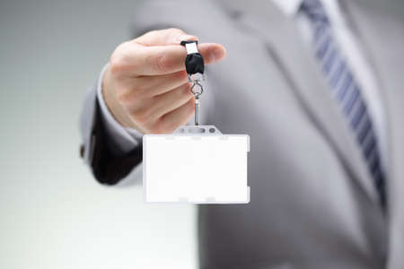 personalausweis: Kaufmann zeigt eine leere Identität Visitenkarte an einem Schlüsselband