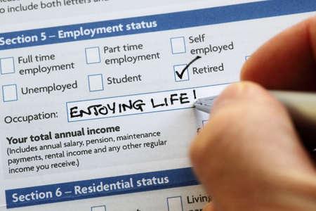 Writting Ruhestand und genießen das Leben auf einem Bewerbungsformular Konzept für einen komfortablen Ruhestand