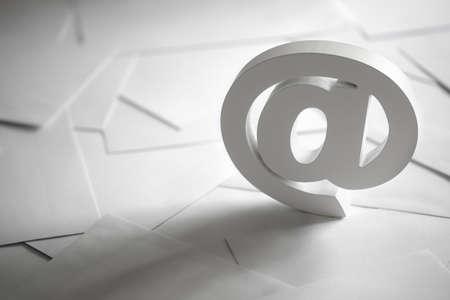 correo electronico: S�mbolo del email en cartas comerciales concepto de Internet, p�ngase en contacto con nosotros y direcci�n de correo electr�nico