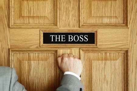"tocar la puerta: El hombre de negocios llamando a una puerta de ""El Jefe"" concepto de oficina para la reuni�n, problemas, problemas, promoci�n o ser despedido"