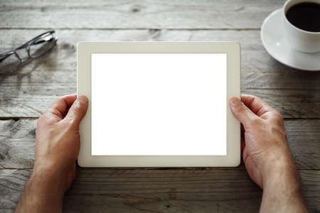 using the computer: Tableta digital con pantalla en blanco en la cafetería del café