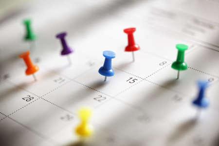 calendario: Chincheta en calendario concepto de ocupado, cita y recordatorio de reunión