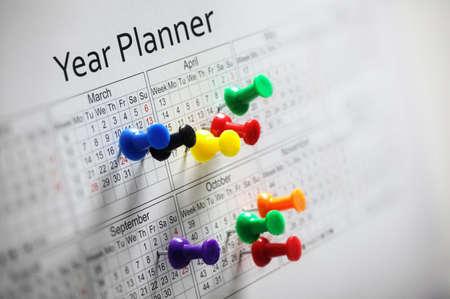 meses del año: Planificador de Año con chinchetas de colores Foto de archivo