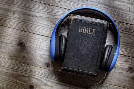 聴覚視覚障害者を研究するために近代的な宗教教育、ポッド キャストまたはヘルプの神聖な聖書ヘッドフォン コンセプト 写真素材