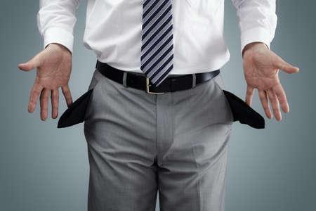 Biznesmen pokazano koncepcję kieszeni pusty upadłości, ubóstwa lub penniless