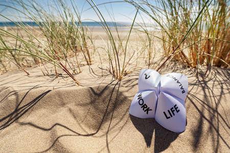 Origami waarzegster op vakantie op het strand concept voor werk en priveleven keuzes Stockfoto