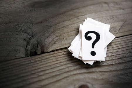 punto interrogativo: Punto interrogativo mucchio sul concetto di tavolo di confusione, domanda o soluzione Archivio Fotografico