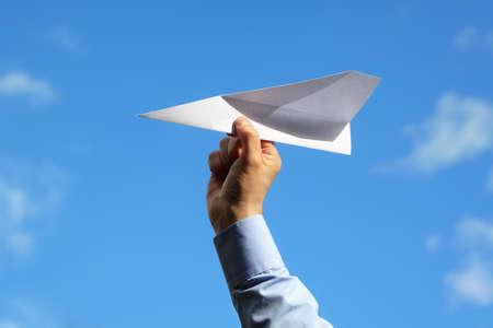 Geschäftsmann startet einen Papierflieger Konzept für Existenzgründung, Unternehmer, Kreativität und Freiheit