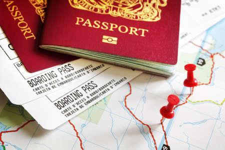 Instapkaart en paspoort op de kaart met een punaise concept voor reizen en vakanties Stockfoto