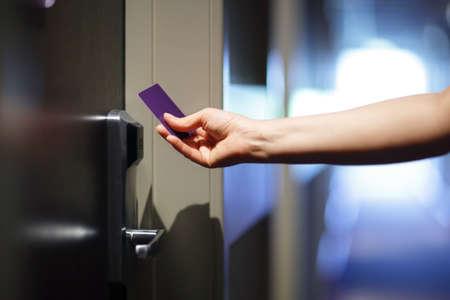 Öffnen einer Hoteltür mit Keyless-Entry-Karte Standard-Bild