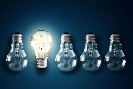 adentro y afuera: Bombilla iluminada en una fila de dim concepto queridos para la creatividad, la innovaci�n y la soluci�n Foto de archivo