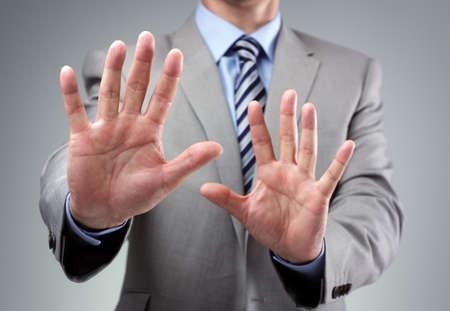 no pase: Detener o temer gesto del hombre de negocios en traje de la celebración manos en alto Foto de archivo