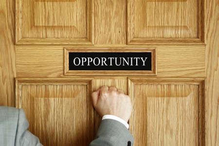 """El hombre de negocios llamando a una puerta de """"Oportunidad"""" concepto de oficina para las aspiraciones, el progreso de reuniones o promoción"""