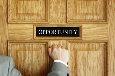 """tocar la puerta: El hombre de negocios llamando a una puerta de """"Oportunidad"""" concepto de oficina para las aspiraciones, el progreso de reuniones o promoción"""