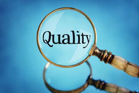 Vergrootglas focus op woord kwaliteit concept voor kwaliteitscontrole, klanttevredenheid en uitmuntendheid Stockfoto