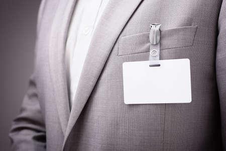 Hombre de negocios en una exposición o una conferencia que llevaba una identidad de seguridad tarjeta de nombre en blanco o etiqueta