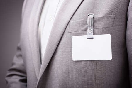 etiquetas de ropa: Hombre de negocios en una exposici�n o una conferencia que llevaba una identidad de seguridad tarjeta de nombre en blanco o etiqueta