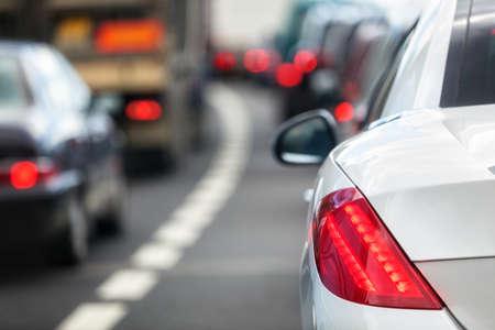 frenos: Hora punta enfoque congesti�n de tr�fico en la luz de freno de la cola Foto de archivo