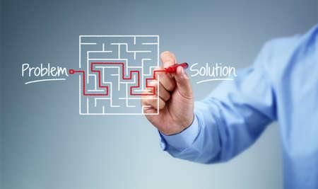 lijntekening: Bedrijfsstrategie zakenman planning en het vinden van een oplossing door middel van een tekening van een labyrint