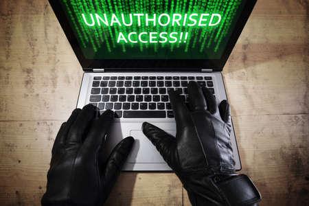 Computer hacker stelen van gegevens vanaf een laptop concept voor netwerkbeveiliging, diefstal van identiteit, computercriminaliteit en ongeautoriseerde toegang