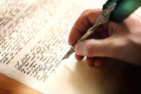 Schrijven met een ganzenveer testament of concept voor de wet, juridische kwesties of auteur