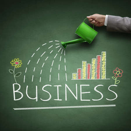 crecimiento planta: Regadera y negocio de la palabra dibujado en una pizarra concepto para el crecimiento empresarial, la inversión, el ahorro y ganar dinero Foto de archivo