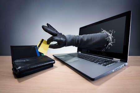 컴퓨터 해커, 네트워크 보안 및 전자 금융 보안을위한 노트북 개념을 통해 신용 카드를 훔치는 스톡 콘텐츠