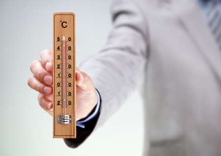 thermometer: Empresario la celebración de medición de alta temperatura de concepto para el clima, estrés termómetro, bajo presión o fecha límite