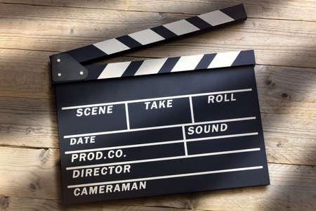 Film Schiefer oder Film Clapper Board auf Holz Hintergrund