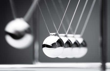 strategy: Concepto de la f�sica cuna de Newton de acci�n y reacci�n o causa y efecto Foto de archivo