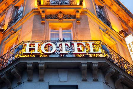 fachada: Señal iluminada del hotel tomada en París en la noche Foto de archivo