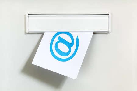 icono computadora: E-mail s�mbolo en la carta que se entreg� a trav�s de un concepto de buz�n para la comunicaci�n por Internet, las redes sociales y en contacto con nosotros Foto de archivo