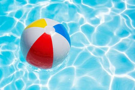 Strand bal in zwembad drijft abstract concept voor de zomer vakantie, ontspanning en plezier in de zon Stockfoto