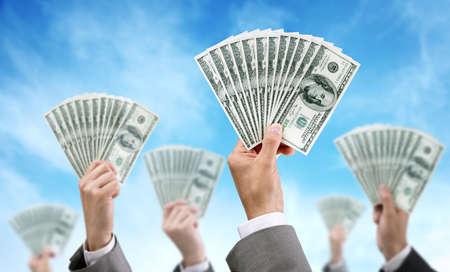 Venture capital of crowdfunding financiën en investeringen concept ondernemers houden dollar munt omhoog Stockfoto