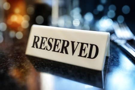 Restaurante reservado mesa cartel con el establecimiento de lugares y copas de vino listos para una fiesta