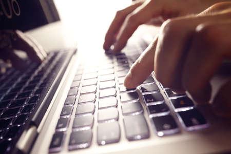 usando computadora: Hombre de negocios usando el ordenador portátil